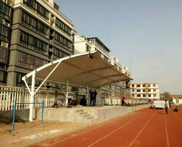 青州朱良中学膜结构看台正在施工中